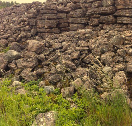 en hög med sten 2