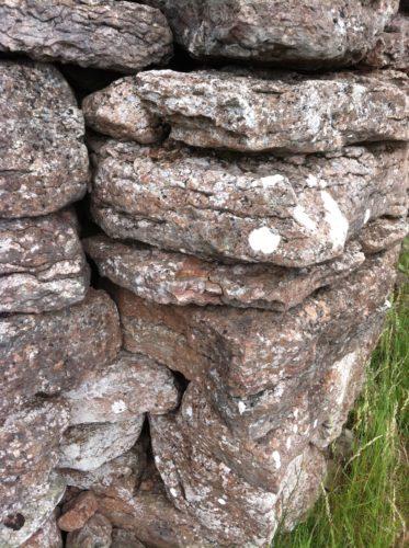 en hög med sten 3